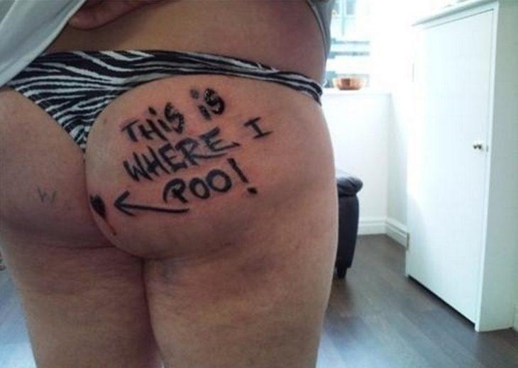 mujer se tatúa en una pompi un mal mensaje