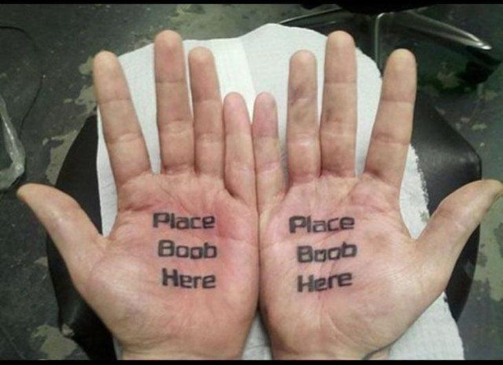 hombre patán con tatuaje en la mano