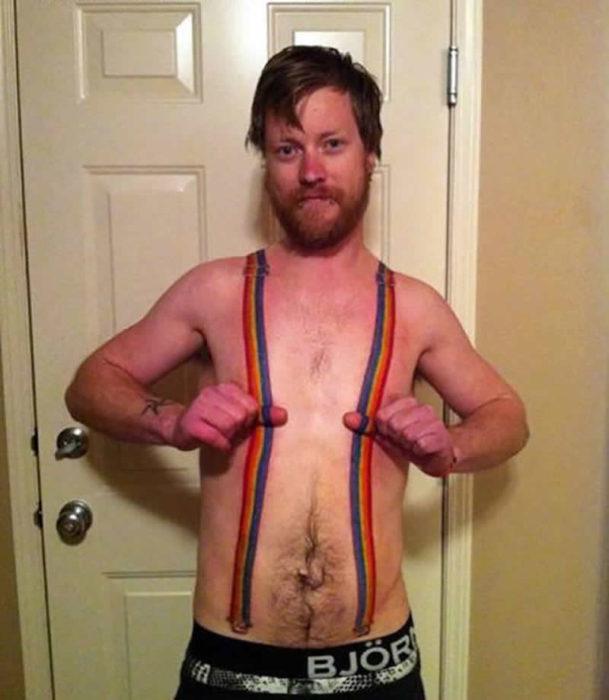 hombre con tirantes tatuados