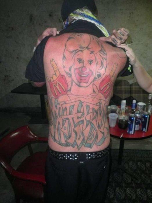hombre se tatua a Ronald Mc Donald