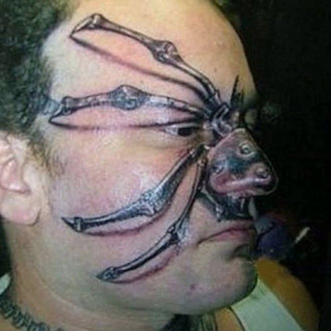 hombre se tatuo araña en la cara
