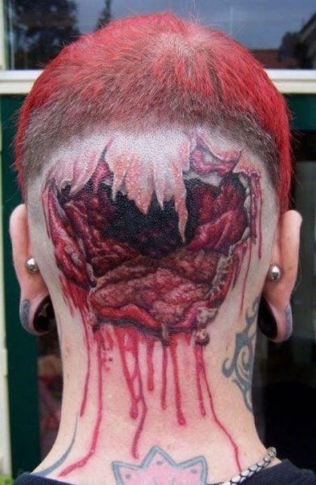 hombre se tatua un cerebro explotado en su cabeza