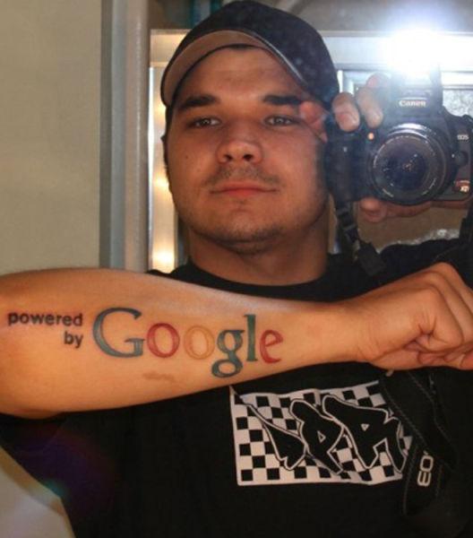 hombre se tatua la palabra google