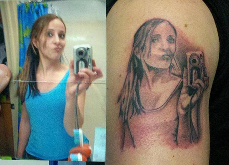 mujer se tatua selfie en su cuerpo
