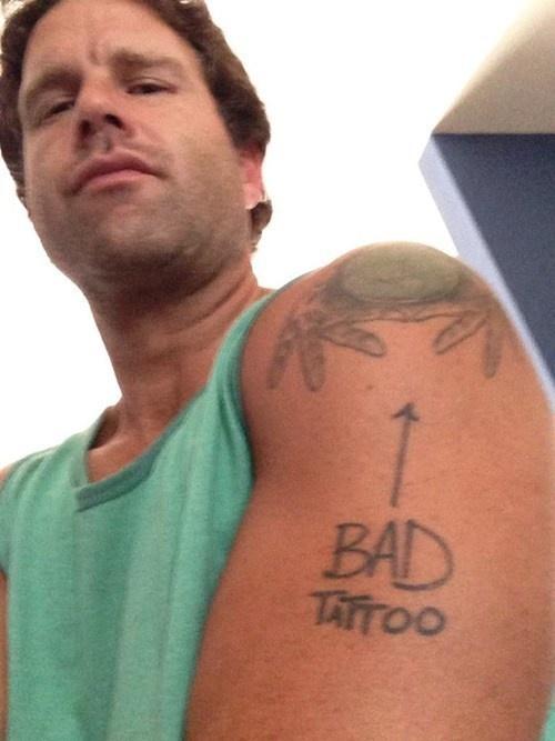 hombre se dio cuenta de su mal tatuaje