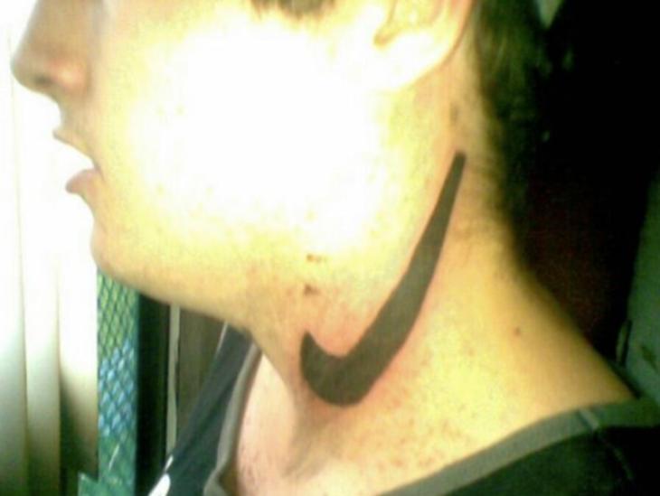 mal tatuaje de la palomita nike