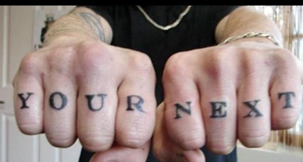 hombre dedos tatuados