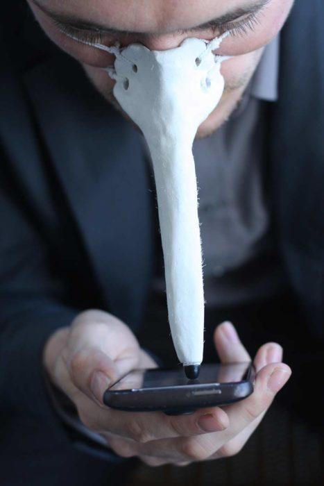 manos libres para mover la pantalla del celular colocado en la nariz