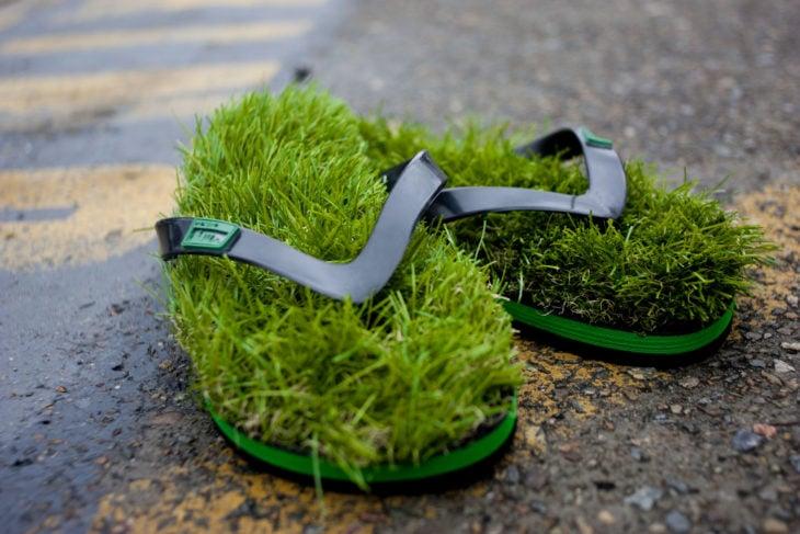 sandalias con hierba