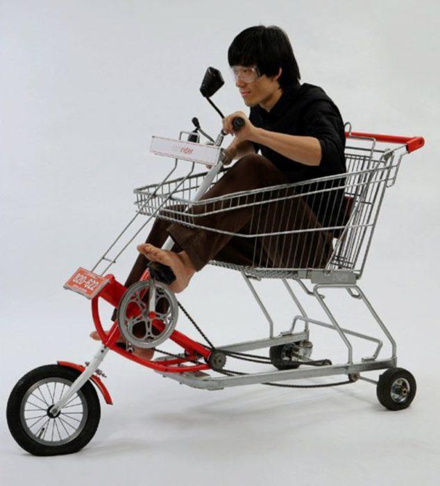hombre sobre un carrito de supermercado con pedales