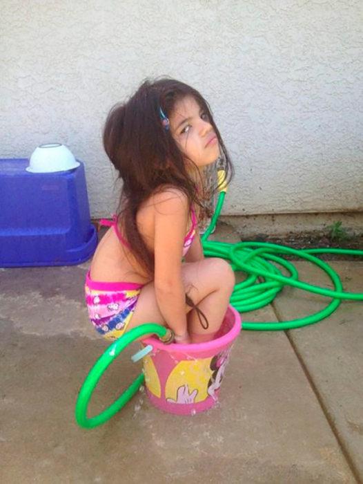 niña en una tina de baño
