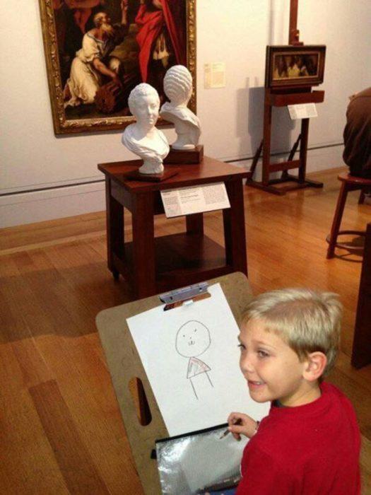 Niño intentando igualar su obra con la de los museos