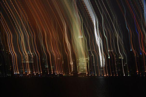 Foto de ciudad en la noche movida