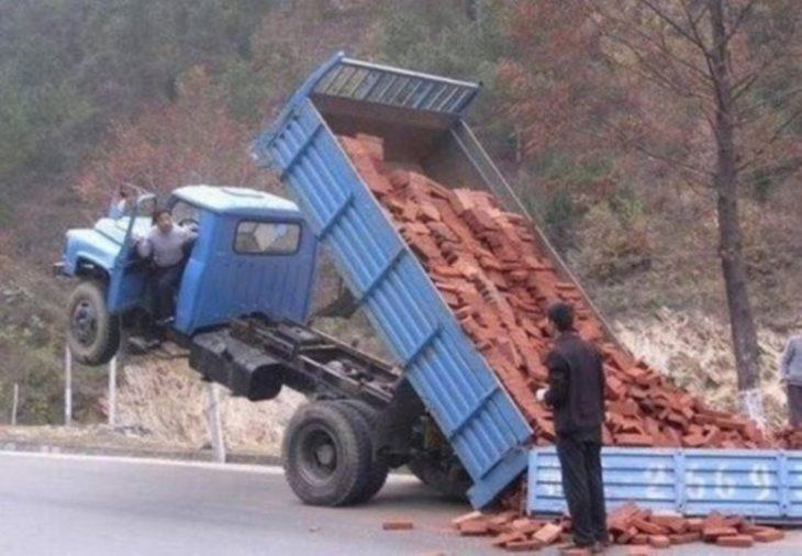 camión con ladrillos que se están cayendo