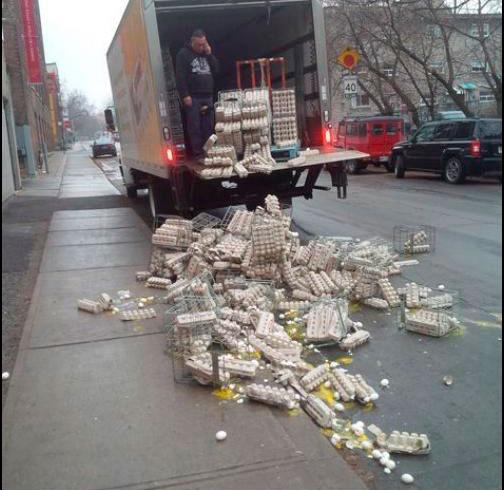 hombre rompe la docenas de huevos nuevos