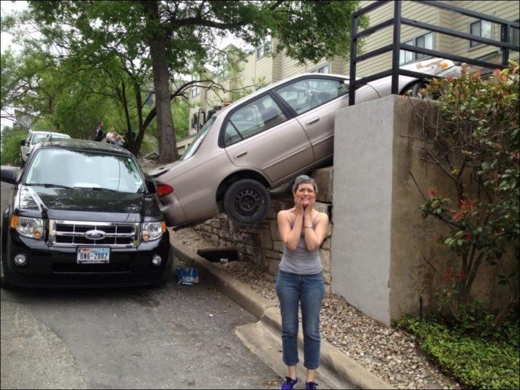 Mujer con su carro en una extraña posición
