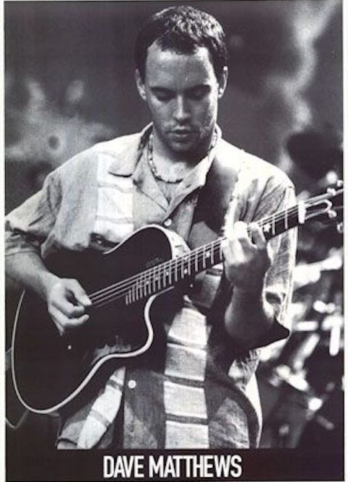 Mathews tocando la guitarra