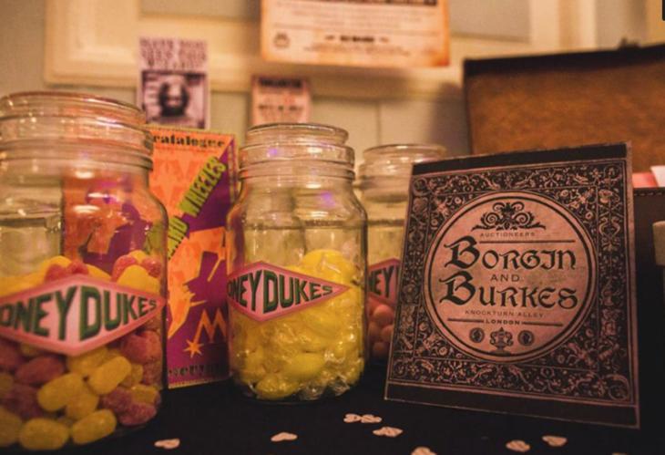 mesa de dulces en la boda al estilo harry potter