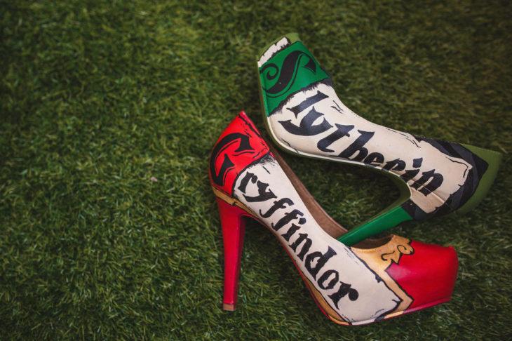 zapatillas de los colores de Slytherin y Gryfiindor