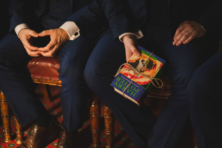 invitados de la boda al estilo harry potter con un libro en su mano