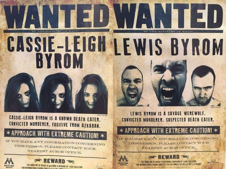 carteles con las caras de los novios de la boda al estilo Harry Potter