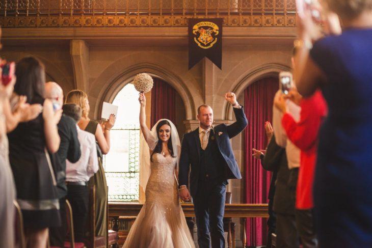Foto en la iglesia de la pareja que celebró su boda al estilo Harry Potter