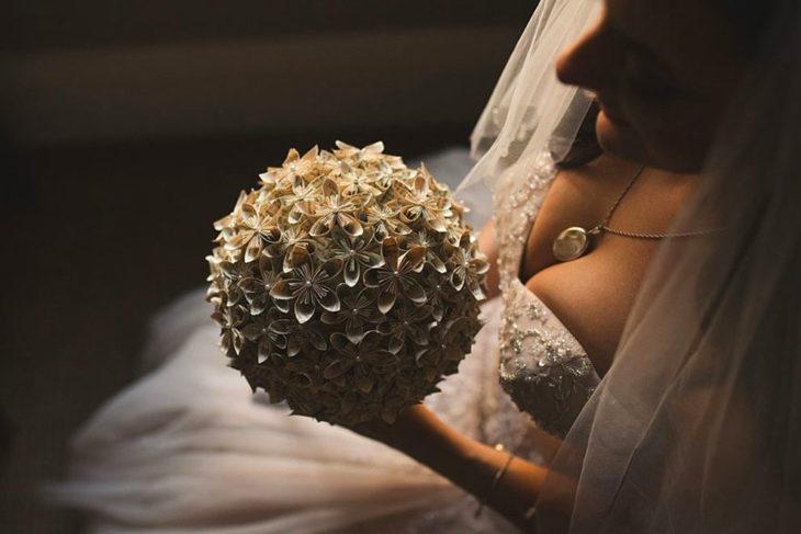 ramo de flores de papel a la chica que se casó al estilo Harry Potter