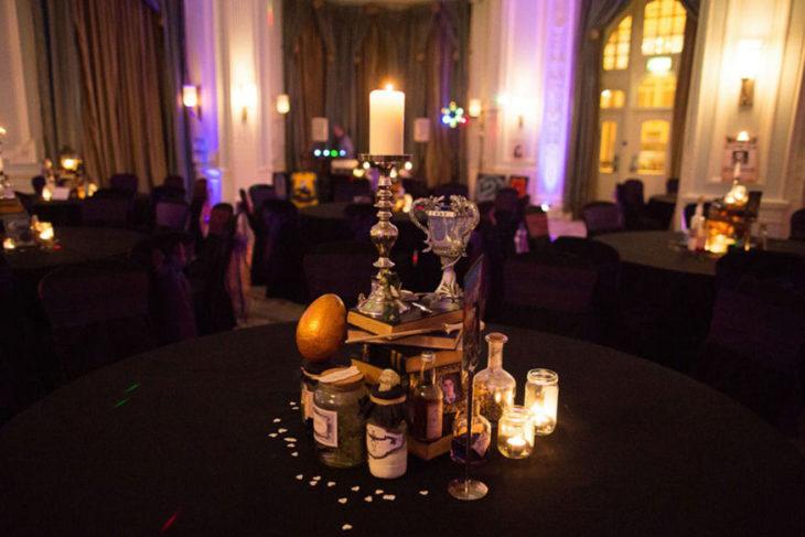 detalles en las mesas de la boda al estilo harry potter