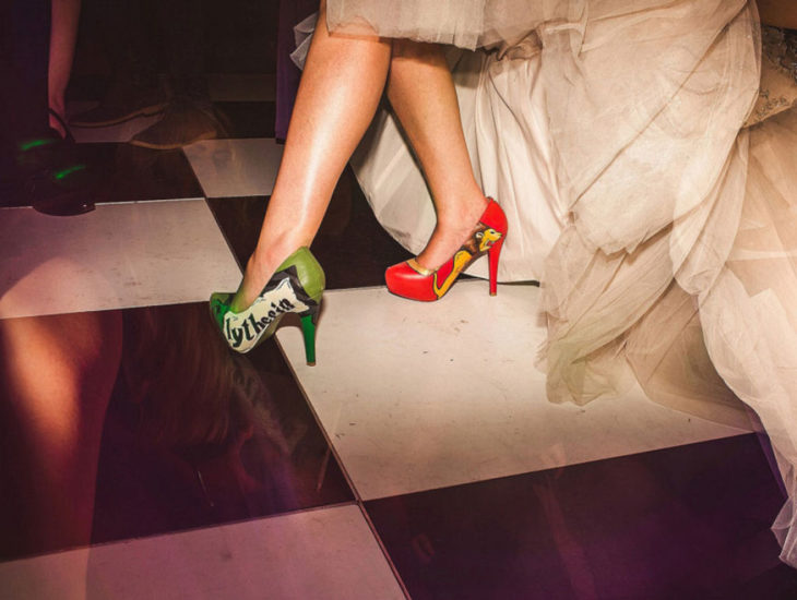 zapatillas de la novia al estilo Harry Potter con los colores de las casas Gryffindor y Slytherin