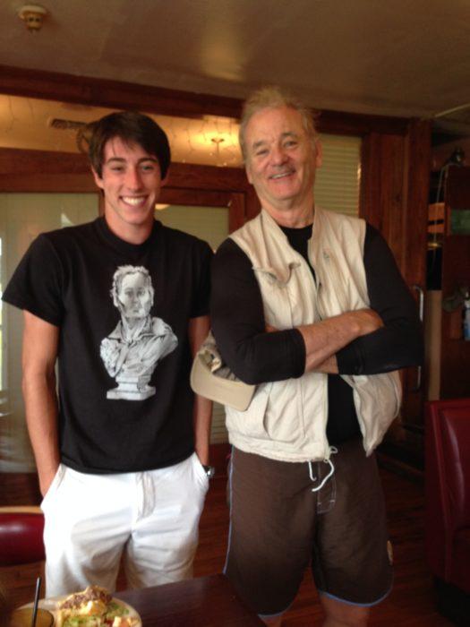 chico con una camisa de Bill Murray a lado del actor