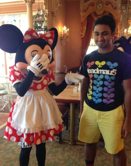Minnie Mouse a lado de un chico con la playera de Mickey Mouse