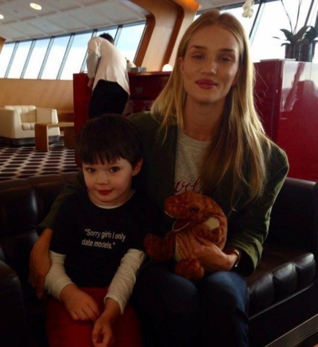 """modelo Rosie Huntington-Whitley a lado de un niño con una camiseta que dice """"Lo siento chicas, sólo salgo con modelos"""""""