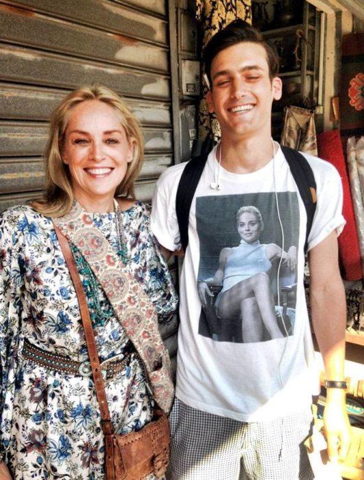 Sharon Stone a lado de un chico