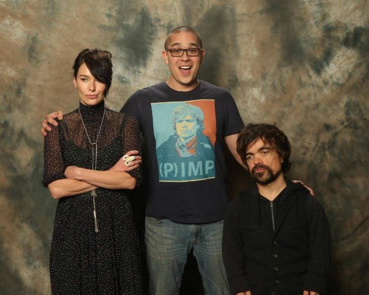 chico con una playera con la cara de Tyrion Lannister a lado del actor Peter Dinklage