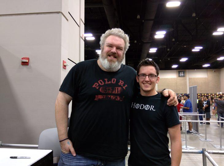 actor Kristian Nairn a lado de un chico con una camisa que dice Hodor