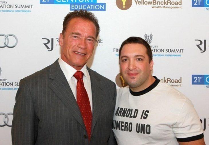 Arnold Schwarzenegger a lado de un chico con una playera que dice Arnold es el número uno