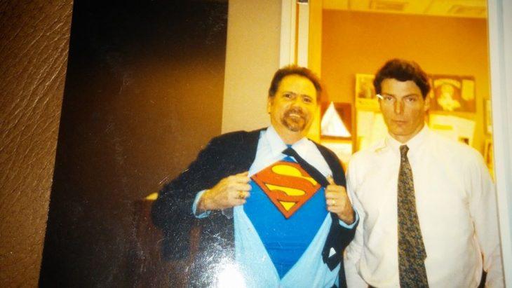 hombre con una camisa de superman a lado de Clark Kent de la década de los 80