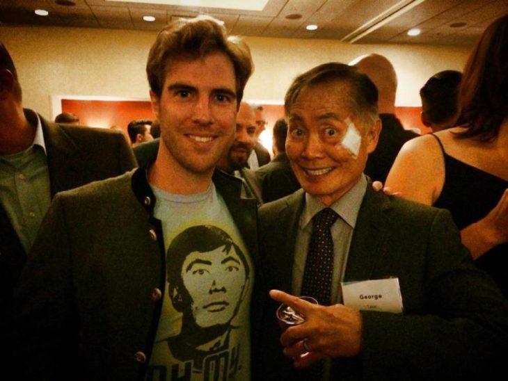 George Takei a lado de un chico con una playera de su cara