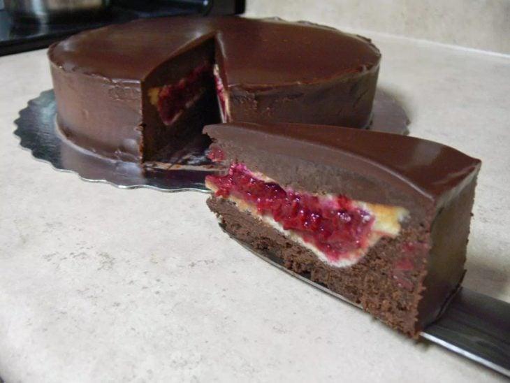 PieCaken de chocolate relleno con pie de cereza
