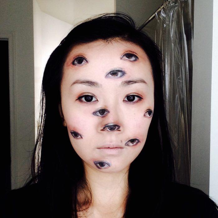 maquillaje de muchos ojos en la cara