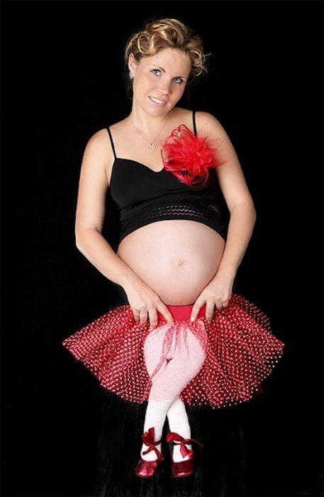 mujer embarazada con piernas de niña