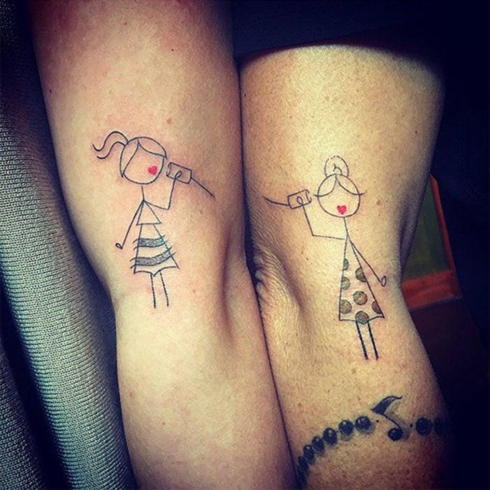 tatuaje vasito en el oido. madre e hija