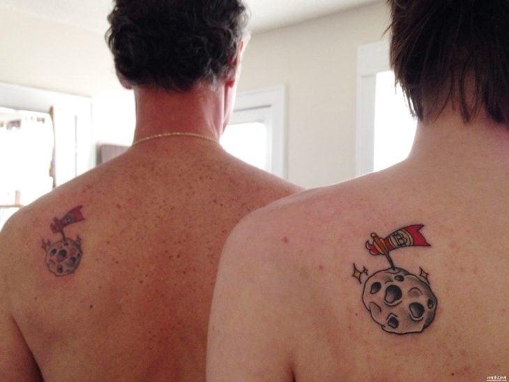 padre e hijo se tatuan la espalda