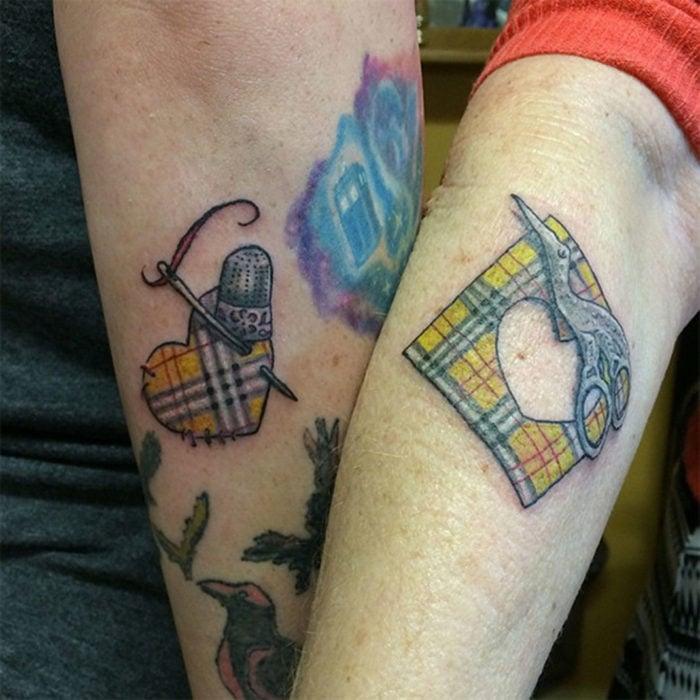 una madre se tatua una parte pequeña de su hija demostrando como desprendió su corazón para darselo