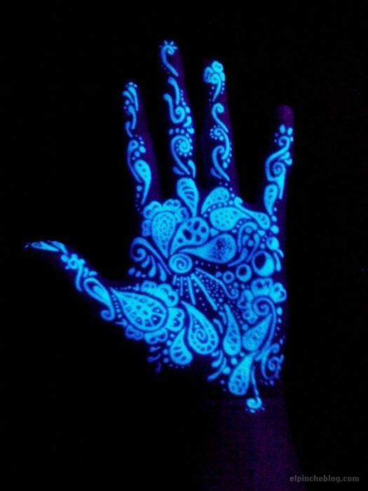 increíble diseño de un tatuaje brillante sobre una mano