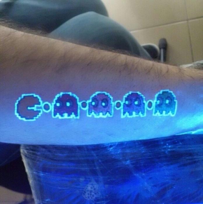 tatuaje brillante con el diseño de pacman