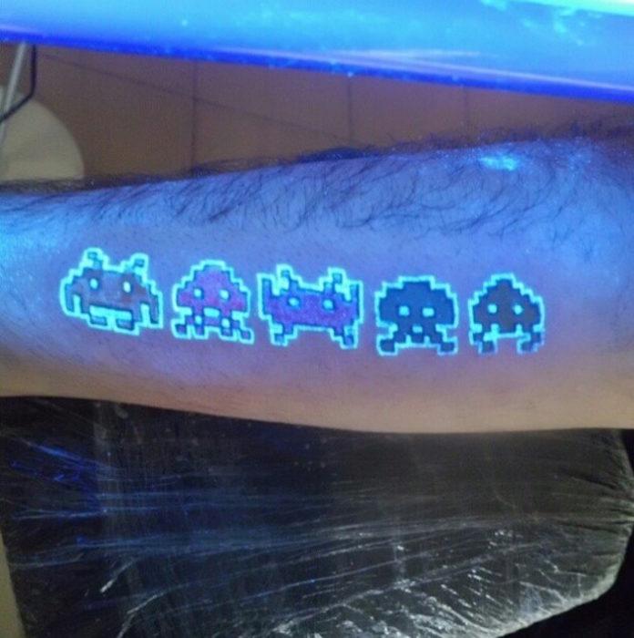 tatuaje con el diseño de varios dibujos sobre un brazo