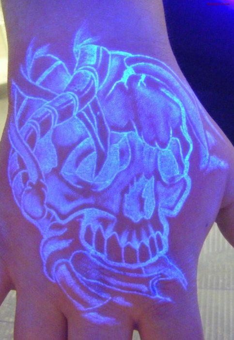 tatuaje fluorescente con el diseño de una calavera