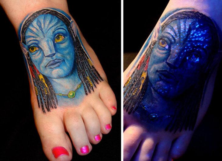 tatuaje con el diseño de avatar que brilla en la oscuridad