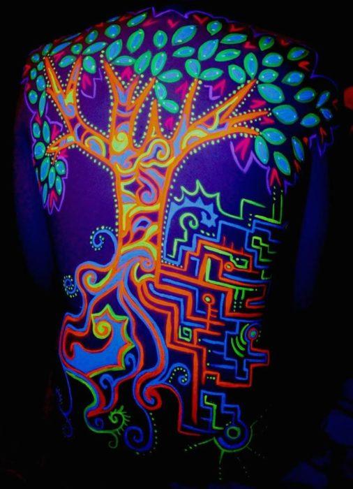 tatuaje con un diseño colorido que brilla en la oscuridad